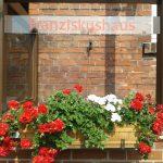 Vor dem Eingang zum Franziskushaus, dem Gästehaus des Franziskaner-Klosters in Wiedebrück