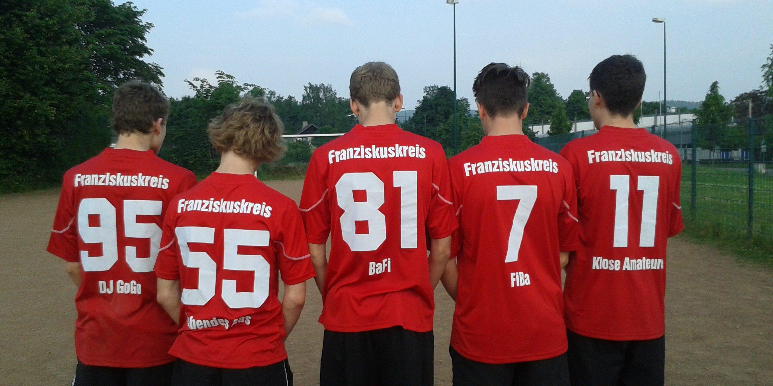 """Die Jungs vom Fußballteam """"Franziskuskreis Sauerland"""" (kurz """"FKS"""") in den neuen Trikots."""