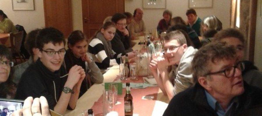 Jahresabschlussessen des Franziskuskreieses 2013 bei Hof Roscheid. Viele Menschen sitzen an großer Tafel und Essen nach der Wanderung