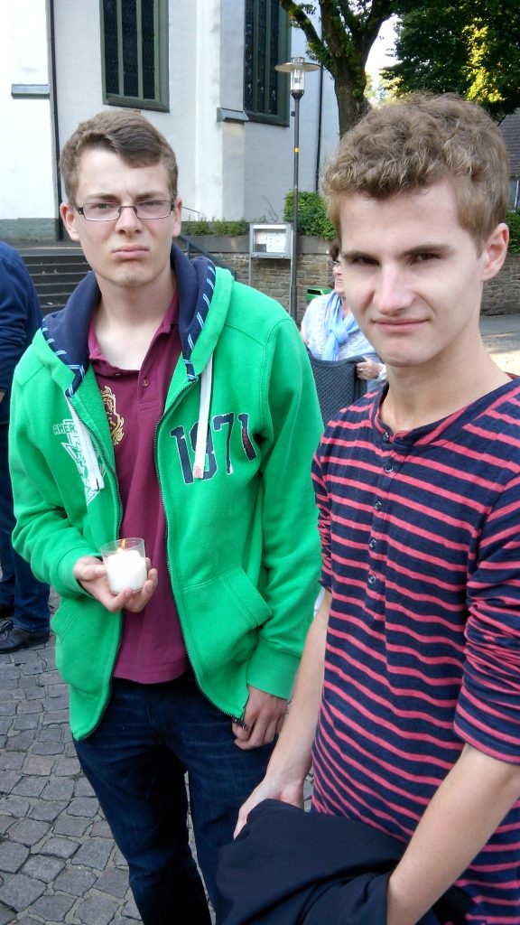 Daniel und Manuel aus der zweiten Generation des Franziskuskreises beim Friedensweg der Religionen 2015