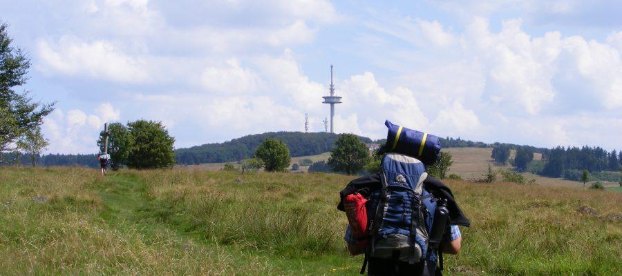 Wandern Pilgern auf dem Weg zum Hoherodskopf. Titelbild franzisnaische Wanderung 2014 nach Fulda