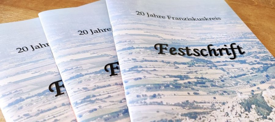 """Drei Ausgaben der Festschrift zum Jubiläum """"20 Jahre Franziskuskreis"""""""