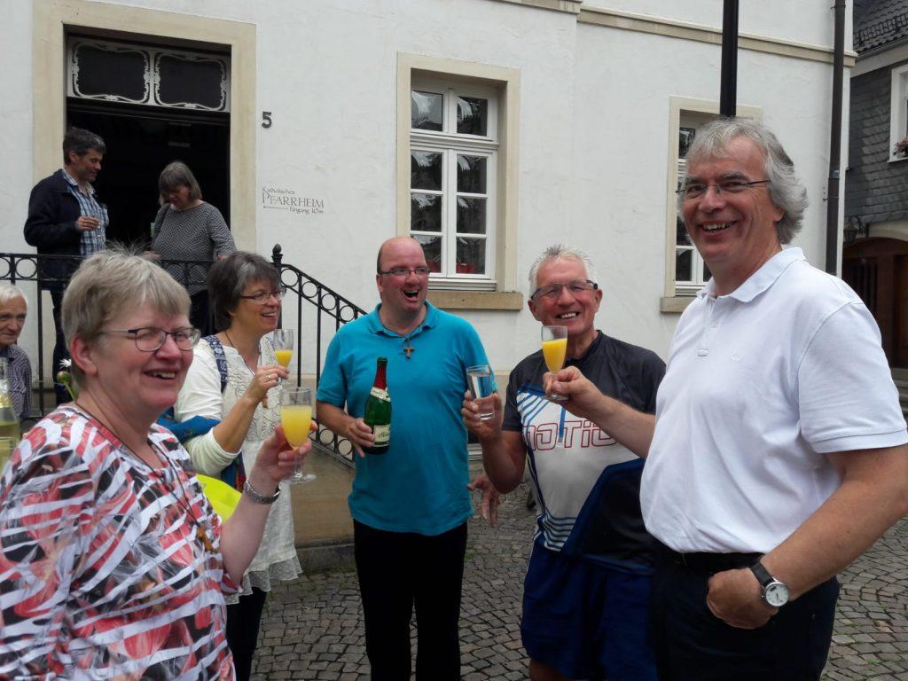 Anstoßen beim 20 Jahre Jubiläum Franziskuskreis vor dem Pfarrheim Attendorn