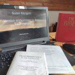 Trauermetten digital mit dem Franziskuskreis in Corona-Zeiten mit Bibel neben dem Laptop