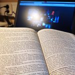 Bibel und Laptop mit Videokonferenz zum Bibelgespräch im San-Damiano-Kreis des Franziskuskreises in Zeiten von Corona