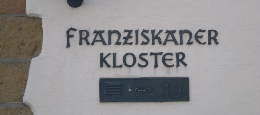 """Pforte mit Schriftzug """"FRANZISKANER KLOSTER"""" in Wiedenbrück"""