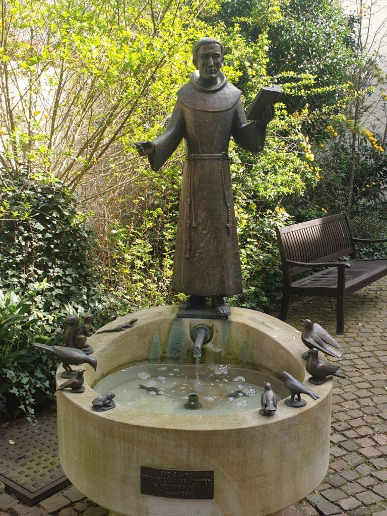 Der Franziskusbrunnen im Garten des Franziskaner-Klosters in Wiedenbrück
