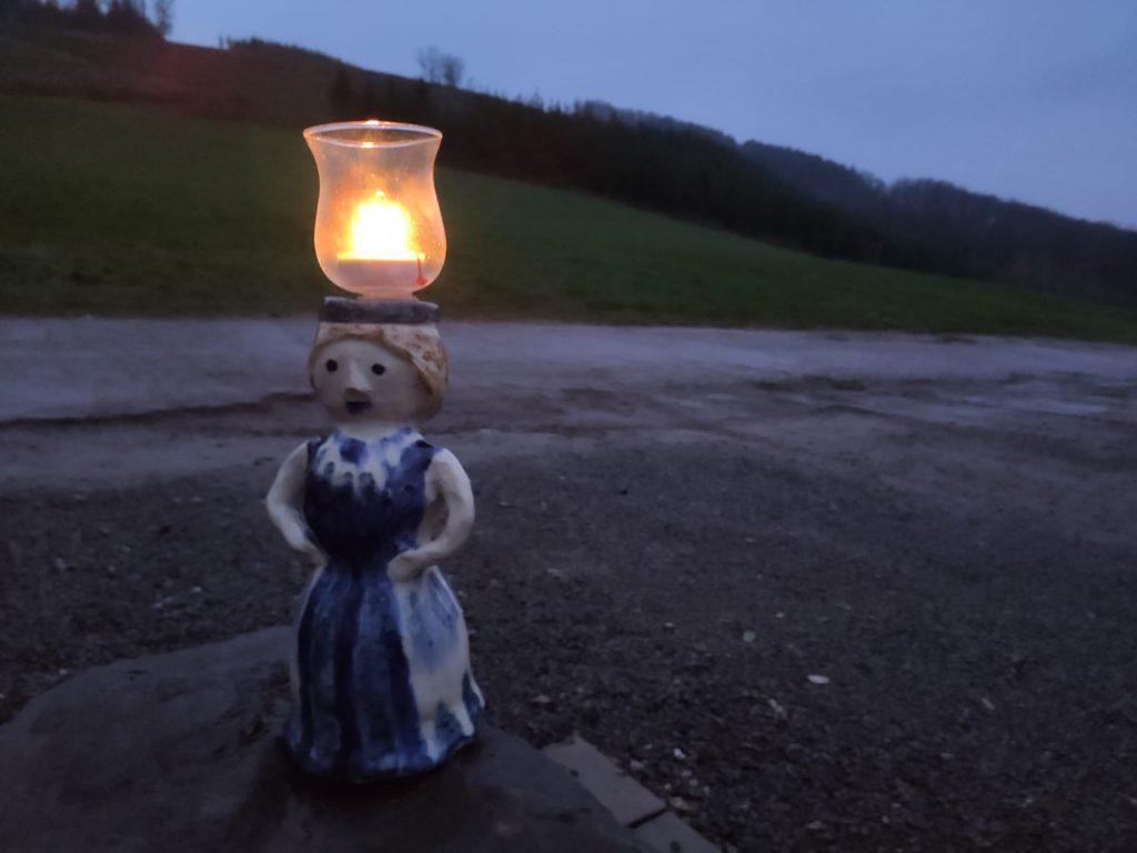 Die heilige Luzia mit dem Friedenslicht am 2. Advent beim Franziskuskreis. Foto: Carl Christian Griese