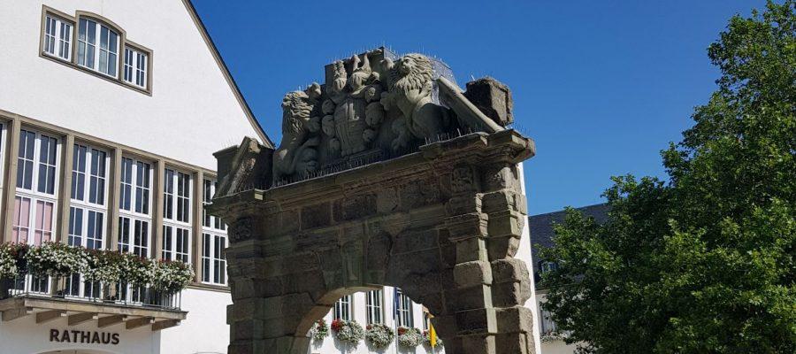 Das Attendorner Franziskanerportal vor dem Rathaus.